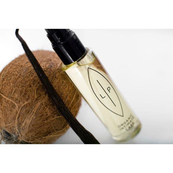 LIP_Cleansing and Moisturising Oil_Coconut and Vanilla_mit Deko