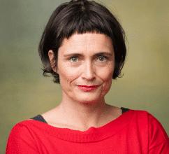 Portrait von Achselkuss-Gründerin Eva Immervoll in rotem Oberteil