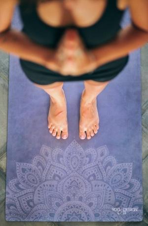 Yoga Design Lab - Frau auf Matte barfuss