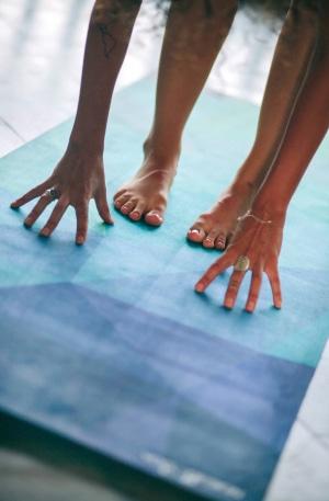 Yoga Design Lab - Hände und Füße auf Matte