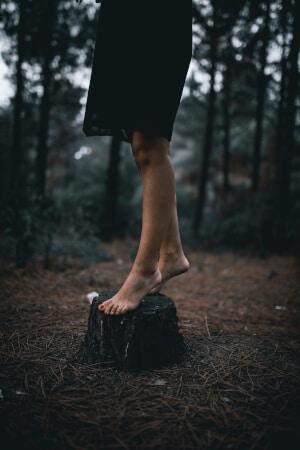 Hetkinen - Naturkosmetik nackte Füße auf Baumstamm in Wald